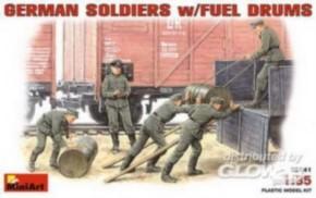 deutsche Soldaten mit Benzinfässern, 5 Figuren